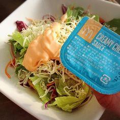 マクドナルドで今だけ期間限定で売ってるチーズ味のキチンナゲットソースいつもの夫氏サラダにかけて食べたらなまら美味い オススメでござる