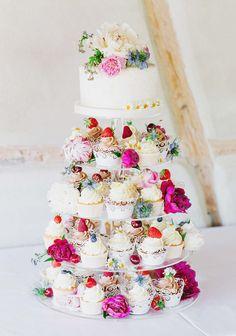 Franziska & Markus: Bunter Vintage-Zauber auf dem Land DANIELA PORWOL http://www.hochzeitswahn.de/inspirationen/franziska-markus-bunter-vintage-zauber-auf-dem-land/ #wedding #vintage #cake