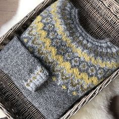 floddertjelief's R i d d a r i pullover, a stranded colorwork yoke sweater knit in a grellow color combination of Ístex Léttlopi. Sweater pattern: Riddari by Védís Jónsdóttir. Knitting Projects, Knitting Patterns, Cable Knitting, Hand Dyed Yarn, Color Combinations, Favorite Color, Knit Crochet, Sweaters For Women, Country Living