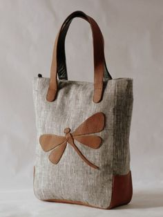Grey linen tote bag with leather dragonfly applique and leather handles( For Charu with shimmer dragonfly) Sacs Tote Bags, Tote Purse, Reusable Tote Bags, My Bags, Purses And Bags, Diy Sac, Craft Bags, Denim Bag, Fabric Bags