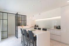 Strak witte hoogglans keuken met te gekke stalen deuren van @dirkneefsglassdesign  #ilovemyinterior