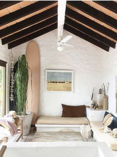 Modern farmhouse meets surf shack 💭 Surf Board accents really finish off a room ~ Beach vibes all around~ Surf Style Home, Beach Cottage Style, Beach House Decor, Beach Houses, Surf Style Decor, Beach Condo, Coastal Style, Coastal Living, Surf Shack