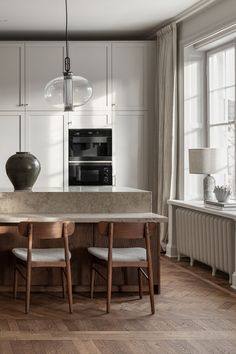 In a beautiful apartment in central Stockholm, we have, together with interior designer created a kitchen where modern… Nordic Kitchen, Kitchen Dining, Kitchen Decor, Bulthaup Kitchen, Boffi, Homemade Home Decor, Decoration Bedroom, Wall Decor, Cute Home Decor