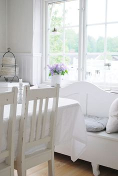 Loppisliv: lilacs IN MY KITCHEN.love the clean fresh feel of whitewashed upcycled furniture for Spring! White Cottage, Cottage Chic, Cottage Living, Cottage Homes, Shabby Chic Kitchen, Shabby Chic Style, Cottage Interiors, White Interiors, Beautiful Living Rooms