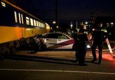 12-Oct-2015 8:27 - AUTOMOBILIST NET OP TIJD WEG VOOR AANSTORMENDE TREIN. Op het traject Eindhoven-Tilburg, rijden maandagochtend voorlopig geen treinen door een ongeval. Vanochtend werd rond 6.15 uur op de spoorwegovergang aan de Kapelweg in Boxtel een auto geschept door een trein. De bestuurder heeft het voertuig voor het ongeval kunnen verlaten. Er is wel veel materiële schade. Hoe het ongeval heeft kunnen gebeuren is nog niet duidelijk.