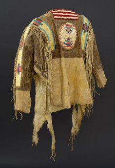 Рубаха, Северные Равнины. А. Размеры: длина 24 дюйма, ширина по плечам 17 дюймов. Середина 19 века. The Paul Dyck Plains Indian Buffalo Culture Collection. BBCW.