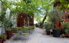 Glacis Beisl im 7., mit lauschigem Garten Vienna, Places To Go, Patio, In This Moment, Outdoor Decor, Plants, Drink, Home Decor, Good Food