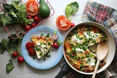 Śniadanie musi być szybkie, zdrowe i smaczne! To ważne by już od rana zjeść coś pysznego, poczuć się dobrze i nabrać sił na cały dzień. Na pewno znasz przepis na pyszne naleśniki, często przygotowujesz omlety, dlatego dziś przedstawiamy nasz sposób na frittatę! To idealne śniadanie dla pary, singla i kilku znajomych – czas przygotowania to … Frittata, Eggs, Chicken, Breakfast, Foods, Fashion, Diet, Morning Coffee, Food Food