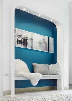 Pakliže chcete zvýraznit určitý architektonický prvek, stačí použít sytou barvu v kontrastu s hodně světlou. Různé designové barvy stojí 379 Kč za balení (2,5 l); OBI