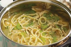 ¿Buscas algo rápido y práctico? Prepara una deliciosa y auténtica sopa de tallarines con pollo.