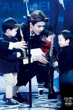EXO Oh Sehun being cute with toddlers on stage Baekhyun, Hunhan, Exo Ot12, Exo Kai, Kris Wu, 2ne1, Got7, Rapper, Song Triplets
