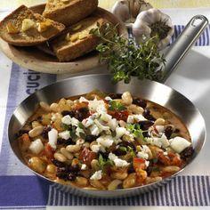 Weiße Bohnenpfanne mit Feta, Gemüsezwiebel und Thymian, dazu Knoblauchbrot Rezept   LECKER