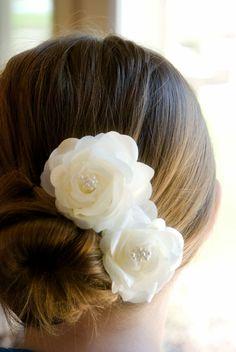 schicke brautfrisuren dutt frisur mit weißen rosen