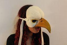 OOAK Kunst Maske, Eagle Charakter Maske. Handgemachte Adler Kunst Maske, perfekt für Partys, Theater, sich verkleiden und Festivals. Auf der Stirn als ein Kopfschmuck getragen Sie werden können, wählen Sie Ihr Tier, Sternzeichen, Jahr etc....  Hergestellt aus seltene Rasse, die Wolle Nadel Filz auf einer stabilen geformte Card base mit Gummizug für eine gemütliche Passform und Multifunktionsleiste Ties... Kann in jeder Farbgebung erfolgen, die Sie gerade mich mit Ihren Wünschen message…