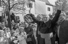 Joseph Ratzinger, então arcebispo de Munique, é recebido por centenas de fiéis em 1977. Foto: AP  Papa Bento XVI anunciou sua renúncia.