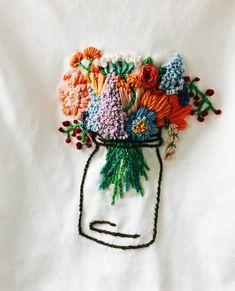 Blumenstickerei auf T-Shirt … – Stickerei Broderie Simple, Diy Broderie, Diy Embroidery, Cross Stitch Embroidery, Embroidery Patterns, Embroidery On Tshirt, Eyeliner Embroidery, Creative Embroidery, Broderie Anglaise Fabric