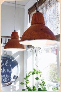 DIY - Rostiga industrilampor - Till det här projektet användes Magic Metallics produkter: Stål metallfärg, Rapid rust oxideringsmedel och Matte sealer.