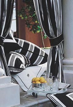 Le tissu rayé noir et blanc de Ralph Lauren Home offre le cadre parfait pour un cabanon audacieux et élégant.