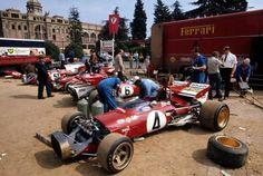 Para aquel GP la Scuderia desplazó cuatro coches. Tres 312 B y un 312 B2, el que en ésta foto se ve al fondo con el dorsal 5T. Pero el B2 no llegó a tomar parte en la carrera, a pesar de que ya había debutado en Brands Hatch y con victoria.
