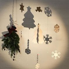 GREENGRASSオリジナルクリスマスgoods ★クリスマスモビール 光の中でユラユラゆれるツリー達。スノーフレークの影も素敵です。サンキャッチャーがキラキラと光を反射しています。窓辺に吊るせば、太陽の光の虹をお部屋に運んでくれます。 1点もの 4500円 #GREENGRASS #greengrass #グリーングラス #丸宝 #木の雑貨 #材木屋 #新座 #志木 #クリスマスモビール #モビール #スノーフレーク #サンキャッチャー #木のクリスマスグッズ #幻想的
