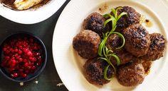 Viltfärsbiffar med svampsås, bakad rotselleri och rårörda lingon
