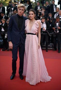 "Models Lucky Blue Smith and Barbara Palvin attend the ""Julieta"" premiere during the annual Cannes Film Festival at the Palais des Festivals on May 2016 in Cannes, France. Erstklassige Nachrichtenbilder in hoher Auflösung bei Getty Images Lucky Blue Smith, Blue Bridesmaid Dresses, Prom Dresses, Wedding Dresses, Teen Vogue, Cannes Film Festival, Red Carpet Looks, Red Carpet Fashion, The Dress"