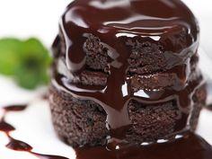 BOLO DE CHOCOLATE COM GANACHE http://epoca.globo.com/regional/sp/comida-e-bebida/noticia/2013/07/aprenda-fazer-o-bmelhor-bolo-de-chocolateb.html