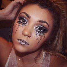 A Collection of 40 Best Glitter Makeup Tutorials and Ideas for 2019 - Pretty Designs Glitter Makeup Tutorial, Glitter Eye Makeup, Natural Makeup Looks, Simple Makeup, Slimming World, Rave Halloween, Grease, Cleansing Face Mask, Eyeliner