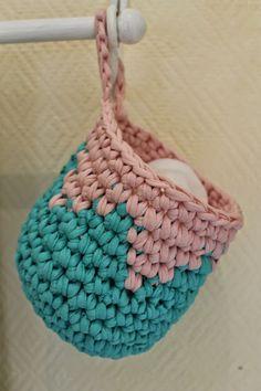 En kreativ verden: Hurtig hæklede hænge kurve. DIY. Knitted Shawls, Hanging Baskets, Straw Bag, Knit Crochet, Crochet Patterns, Scrap, Stitch, Knitting, Sewing