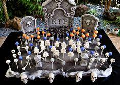 Graveyard display Halloween Desserts, Halloween Cakes, Holidays Halloween, Halloween Goodies, Halloween Food For Party, Halloween Party, Halloween Decorations, Halloween Horror, Halloween Recipe