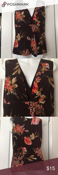 🆕 listing 💐 cute printed top with stretch EUC printed floral top in Brown and Orange it's listed as a medium but could fit large has lots of stretch. 92% polyester 8% spandex Tops