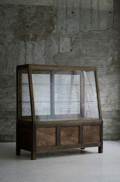 ショーケース Mirrored Furniture, Furniture Hardware, Cabinet Furniture, Furniture Decor, Furniture Design, Interior Design Quotes, Interior Design Living Room, Retail Display Cases, Cabinet Shelving