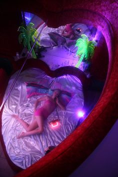 vaporwave bedroom sleazeburger: Miami reflexxxions in the Motelscape fantasy ~ pic by