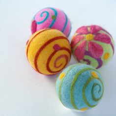 Daisy Balls Wet & Needlefelted in our very favourite design :)For decor or play! Felted Wool Crafts, Felt Crafts, Fabric Crafts, Wet Felting, Needle Felting, Yarn Thread, Fabric Beads, Wool Dryer Balls, Felt Ball