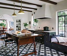 Wir lieben den Schwarz-Holz-Gold-Mix dieser #küche von Jessica Helgerson Design!