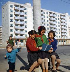 North Korea - Girls in uniform look at a book on Tschollima Street in Pyongyang. Nov 1,1971. By Klaus Morgenstern, Gesperrt für Bildfunk ©ddrbildarchiv.de/dpa/Corbis