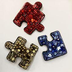 Брошки P U Z Z L E. ❤️ Можно носить по одно, по две и все вместе. ❗️В НАЛИЧИИ ЗОЛОТАЯ❗️#handmade #брошьновосибирск #best_brooch #брошь #брошьручнойработы #брошьпазл #бисер #бусины ❤️5х5см. 4х3,5см. 5х4см.