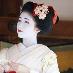 Setsubun 2016 with…The maiko Katsuna dancing. (Taken by Haruta Kayoko and click… Japanese Geisha, Japanese Beauty, Japanese Art, Memoirs Of A Geisha, Japanese Hairstyle, Traditional Fashion, Japanese Culture, Pretty Pictures, Geisha