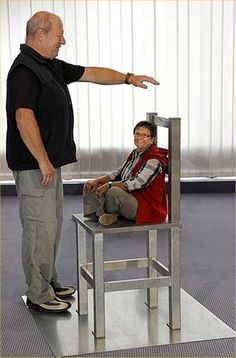 illusion d'optique chaise en fer femme petite