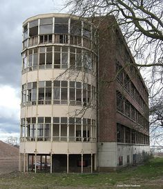The Royal Hospital, Wolverhampton, the four storey wing from 1937 Old Abandoned Buildings, Abandoned Asylums, Old Buildings, Modern Buildings, Abandoned Places, Old Hospital, Abandoned Hospital, Wolverhampton, Haunted Places