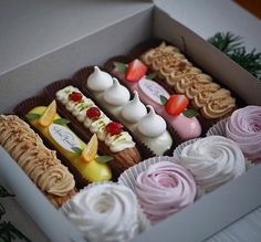 Xmas Desserts, Sweet Recipes, Real Food Recipes, Dessert Recipes, Pastry And Bakery, Pastry Cake, Patisserie Fine, Eclair Recipe, Packaging