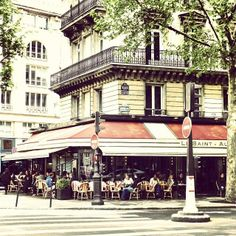 A #romantic sidewalk cafe in Paris.    Photo courtesy of mybeautifulpari on Instagram.