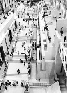 Musei D'Orsay, Paris - Gae Aulenti Interessante il contrasto fra il bianco della struttura, il bianco/nero delle opere e il nero delle persone