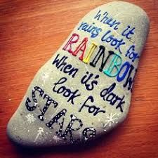 When it Rains Look for a Rainbow, When It's Dark Look for Stars Top Painted Rock Art Ideas With Quotes You Can – HomeGardenMagz Pebble Painting, Pebble Art, Stone Painting, Shell Painting, Rock Painting Ideas Easy, Rock Painting Designs, Stone Crafts, Rock Crafts, Inspirational Rocks