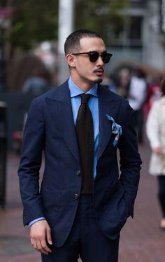 2015-08-15のファッションスナップ。着用アイテム・キーワードはサングラス, シャツ, スーツ(シングル), ネイビースーツ, ネクタイ, ポケットチーフ, 青シャツ,etc. 理想の着こなし・コーディネートがきっとここに。| No:121338