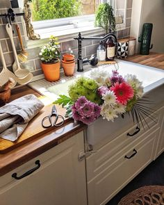 Bohemian style kitchen decors are getting popularity with the passage of every day. These boho style kitchen are adorable in look, have juicy and colorful texture in them. The renovating rules are also simple that leads these designs on top. Bohemian Kitchen, Modern Bohemian, Bohemian Style, Boho Chic, Kitchen Tops, Kitchen Decor, Bohemian Lifestyle, Have A Beautiful Day, Interior S