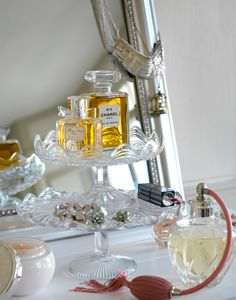 Vintage cake stands as dressing table organizer Do It Yourself Decoration, Do It Yourself Design, Dressing Table Organisation, Vanity Organization, Perfume Display, Diy Makeup Vanity, Makeup Vanities, Makeup Storage, Eyebrow Makeup