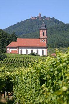 Église d'Orschwiller et château du Haut-Koenigsbourg en arrière plan