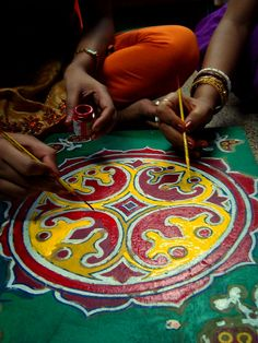 """petitcabinetdecuriosites: """" Painting Pirhis (by ~ladanseuse) """" Sand Painting, Sand Art, Sand Pictures, Buddhist Traditions, Spiritual Symbols, Colored Sand, Indian Crafts, Art Journal Techniques, Mexican Art"""