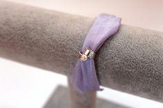 braccialetto in seta con ciondolo fatto a mano in filo di